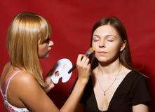 Закройте вверх beautician создавая состав для молодые женщины Стоковые Изображения