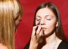 Закройте вверх beautician создавая состав для молодые женщины Стоковое Изображение
