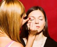 Закройте вверх beautician создавая состав для молодые женщины Стоковые Фото