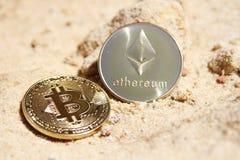 Закройте вверх bitcoin и ethereum на песчанике стоковая фотография rf