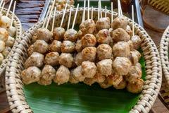 Закройте вверх brochette мяса над подносом соломы на уличном рынке еды на дороге Khao Сан, эта дорога популярный среди стоковая фотография
