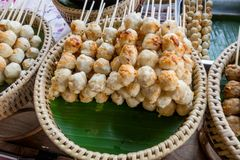 Закройте вверх brochette мяса над подносом соломы на уличном рынке еды на дороге Khao Сан, эта дорога популярный среди стоковое фото