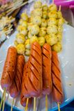 Закройте вверх brochette сосиски гриля на рынке в Бангкоке, Таиланде стоковое фото rf