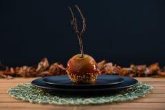 Закройте вверх caramelized яблока, который служат в плите Стоковые Фотографии RF