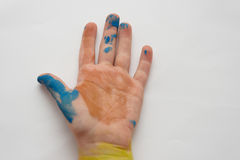 Закройте вверх child& x27; рука s после того как они сделают некоторую картину Стоковые Фото