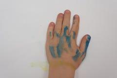 Закройте вверх child& x27; рука s после того как они сделают некоторую картину Стоковая Фотография RF