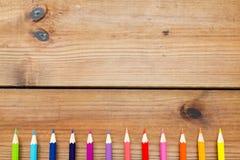 Закройте вверх crayons или карандашей цвета на древесине Стоковые Изображения RF