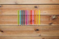 Закройте вверх crayons или карандашей цвета на древесине Стоковое фото RF