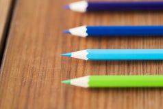 Закройте вверх crayons или карандашей цвета на древесине Стоковое Фото