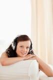 Закройте вверх dark-haired молодой женщины стоковое фото rf