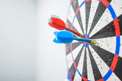 Закройте вверх dartboard с стрелками дротика в центре Стоковые Изображения RF