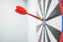 Закройте вверх dartboard с стрелками дротика в центре Стоковая Фотография RF