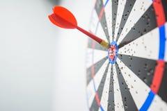 Закройте вверх dartboard с стрелками дротика в центре Стоковое Изображение RF