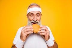 Закройте вверх grandpa пенсионера современного спортсмена холодного серого с волосами ho стоковое изображение