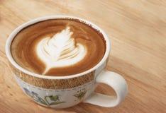 Закройте вверх latte кофе на верхней части, чашке кофе Стоковое Изображение