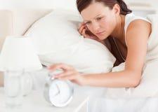 Закройте вверх Red-haired женщины лежа в кровати стоковое изображение