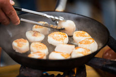 Закройте вверх scallops жаря в лотке литого железа Стоковая Фотография