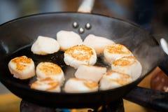 Закройте вверх scallops жаря в лотке литого железа Стоковое фото RF