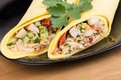 Закройте вверх Shawarma с цыпленком в черной плите Стоковое Изображение