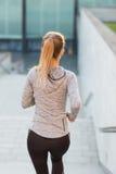 Закройте вверх sporty женщины бежать вниз Стоковое фото RF