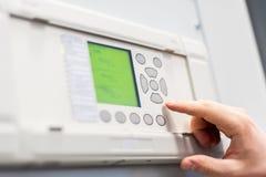 Закройте вверх switchgear напряжения тока испытания инженера обслуживания стоковое фото