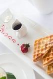 Закройте вверх waffles на плите на таблице завтрака Стоковое Фото