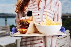 Закройте вверх yummy двойных бургера и фраев мяса Стоковое Фото