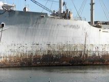 закройте заржавето вверх по воде военного корабля Стоковое Фото