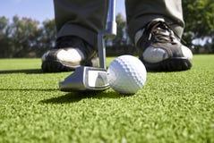 закройте зеленый цвет игрока в гольф кладя вверх Стоковая Фотография