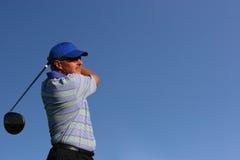 закройте игрока в гольф с teeing вверх Стоковая Фотография RF