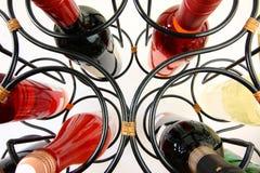 закройте изогнуто положите вверх вино на полку стоковая фотография
