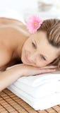 закройте иметь массаж вверх по женщине стоковая фотография rf