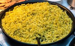 закройте итальянские макаронные изделия вверх большая сковорода макарон стоковые фото
