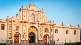 Закройте до собора St James в центральной площади, Антигуе, Гватемале стоковые изображения