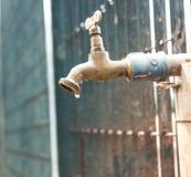 Закройте этот faucet в противном случае вода закончится стоковая фотография