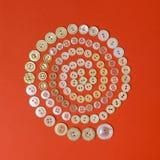 Закрутите в спираль от бежевых винтажных кнопок на красной предпосылке Взгляд сверху Стоковая Фотография