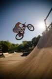 Закрутка бара эффектного выступления велосипеда BMX Стоковое Изображение