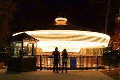 закрутка ночи carousel нерезкости Стоковая Фотография