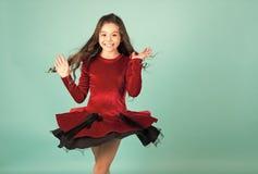 Закрутка танцора девушки в красной предпосылке сини платья стоковая фотография rf