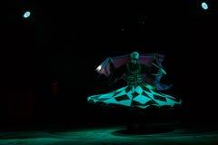 Закрутки танцора Sufi стоковая фотография