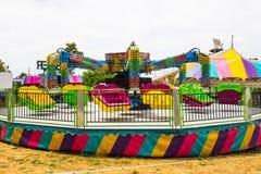 Закручивая езда на окружной ярмарке Стоковые Изображения
