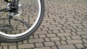 Закручивая конец колеса велосипеда вверх сток-видео
