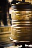 Закручивая колесо молитве золота Стоковая Фотография