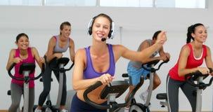Закручивая класс в студии фитнеса привел напористым инструктором акции видеоматериалы