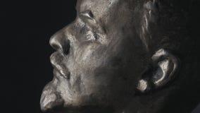 Закручивая скульптура портрета Владимира Ленина на черной предпосылке Эра СССР сток-видео