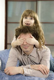 закрывает дочь глаза будут отцом его Стоковые Фотографии RF