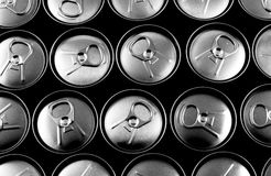 закрынные чонсервные банкы выпивают мягкий взгляд сверху Стоковые Фото