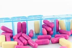 Закрыно вверх по капсуле и таблетке в ежедневной коробке пилюльки Стоковые Фото