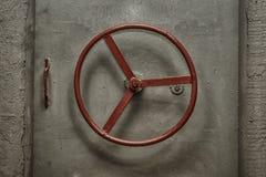 Закрытая герметичная дверь старого советского бункера Стоковая Фотография