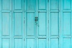 Закрытая зеленая или голубая деревянная дверь Винтажная предпосылка конспекта парадного входа Покинутый старый дом текстура двери стоковые изображения rf